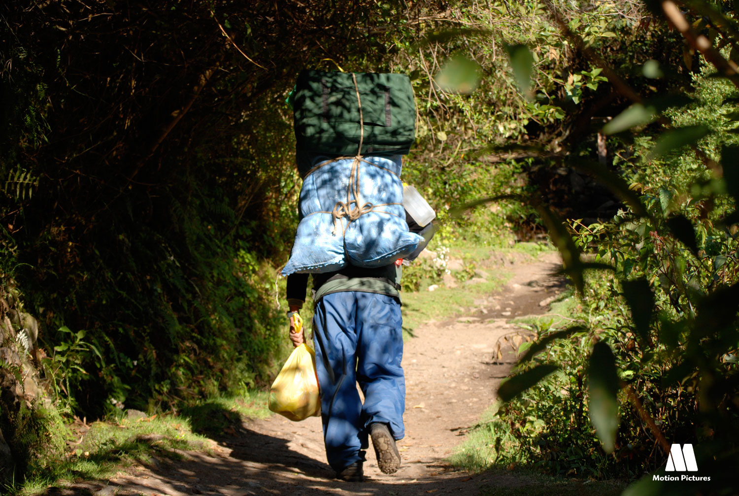man walking back documentary porters of the inca trail, documental porteadores del camino inca